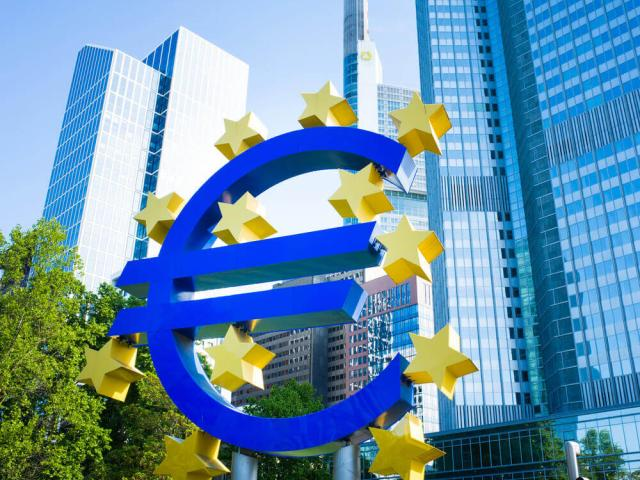 Euro softens ahead of ECB decision, Draghi in focus