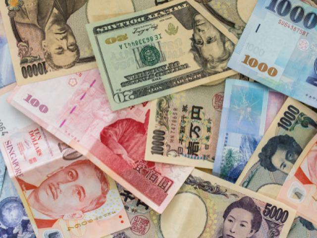 EM currencies slip on renewed trade fears